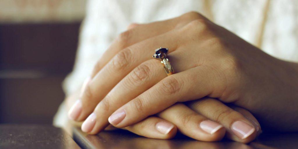pierścionek zaręczynowy bursztyn