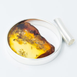 Alluring silver pendant with large natural honey amber A2A09