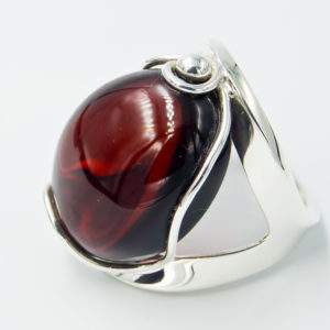 Elegant ring with large cherry amber A2A54