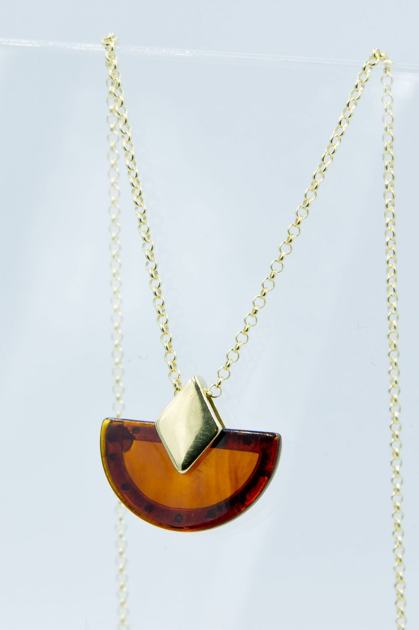 Alluring necklace with round cognac amber Z1A38