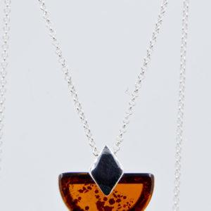 Elegancki srebrny naszyjnik z półokrągłym koniakowym bursztynem Z1A71