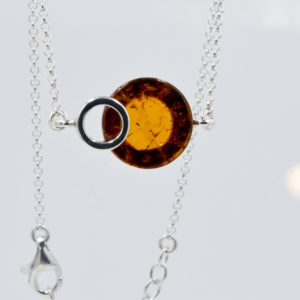 Intriguing silver bracelet with round cognac amber Z1A77