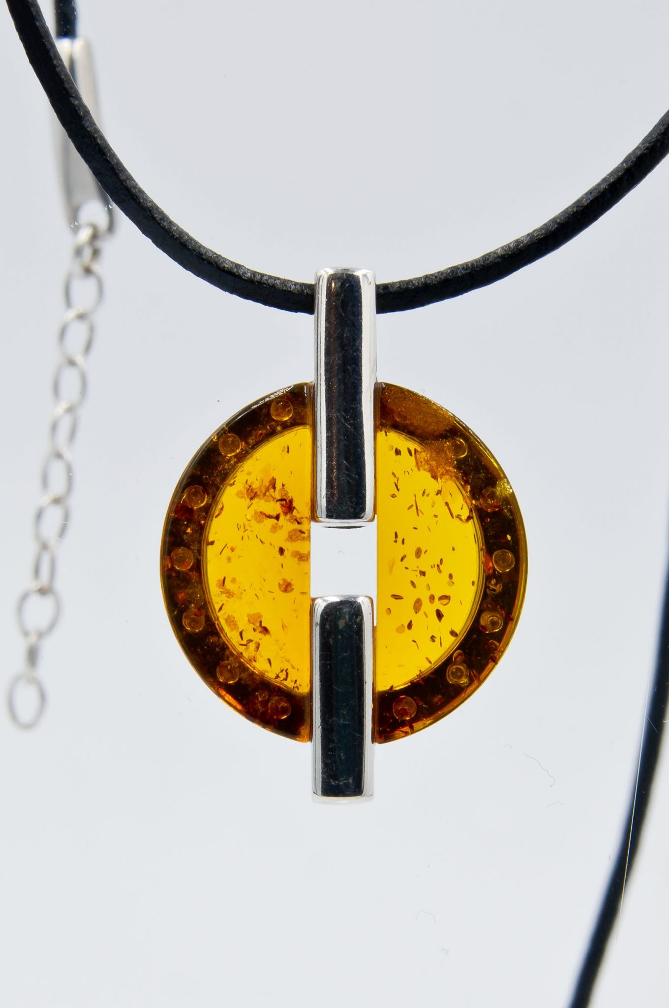 Modern necklace with round cognac amber Z1A86